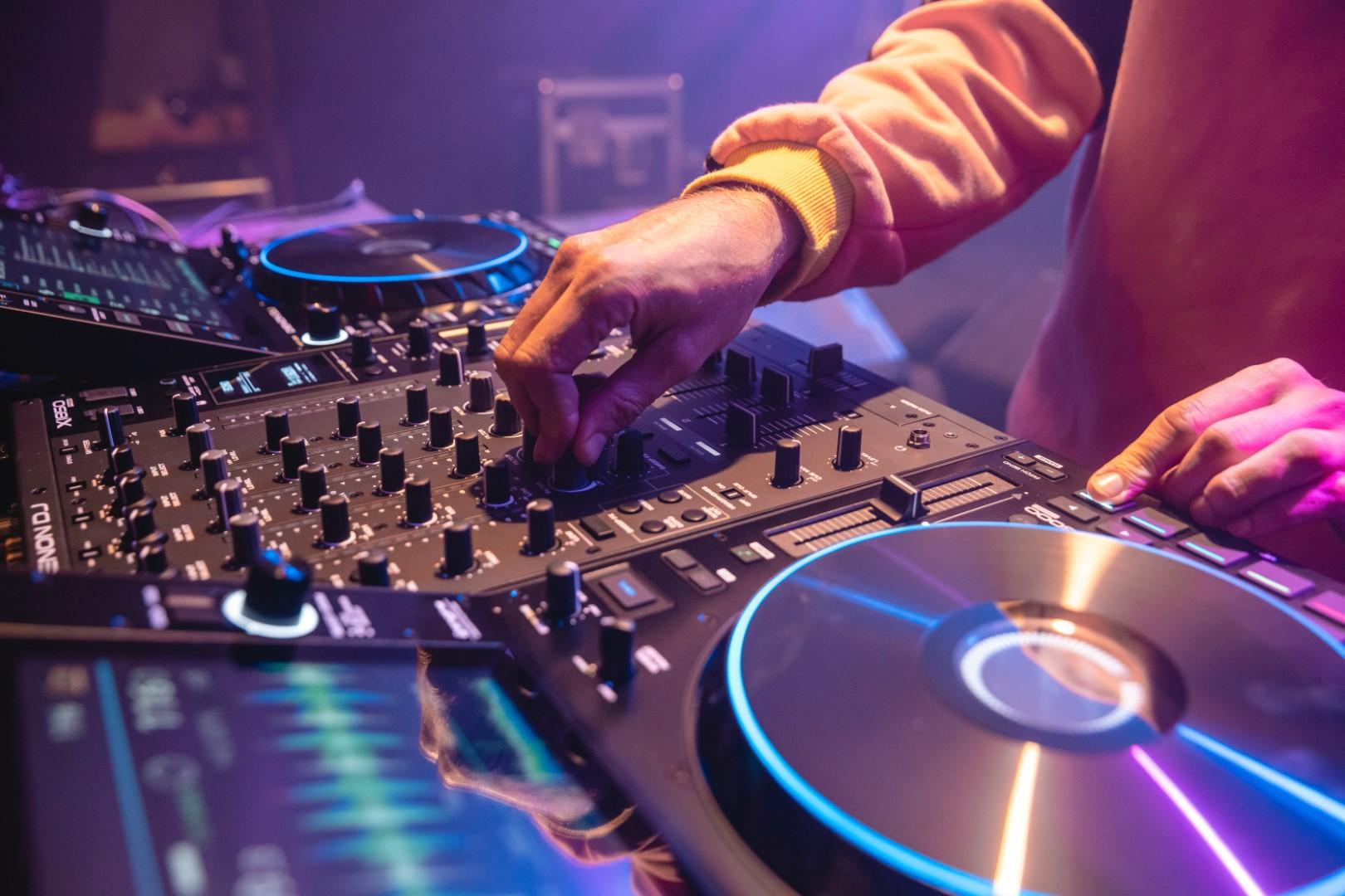 Denon DJ presenta la nueva cabina SC6000/M y X1850
